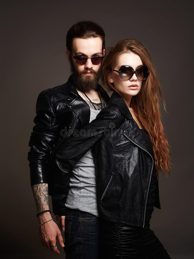 Manier mooi paar in zonnebril en leer royalty-vrije stock afbeeldingen