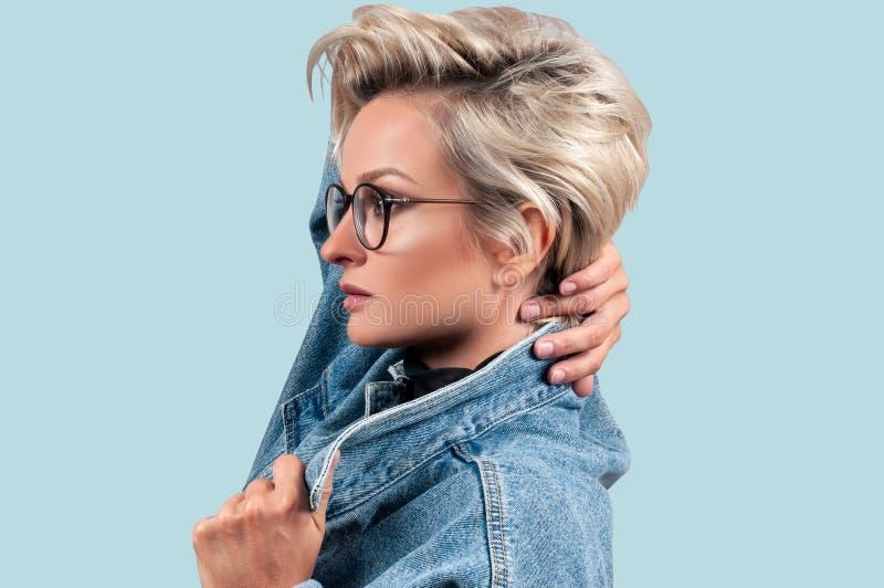 Manier Mooie blondevrouw met modieus kort kapsel royalty-vrije stock fotografie