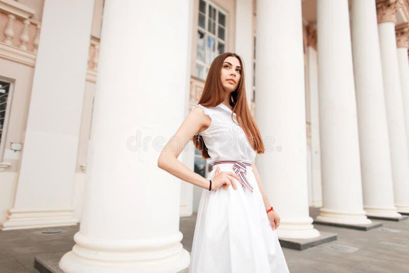 Manier mooie modelvrouw in witte modieuze kleding stock foto's