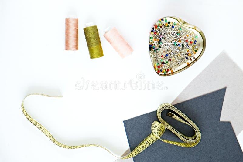 Manier naaiende voorwerpen op witte achtergrond stock fotografie