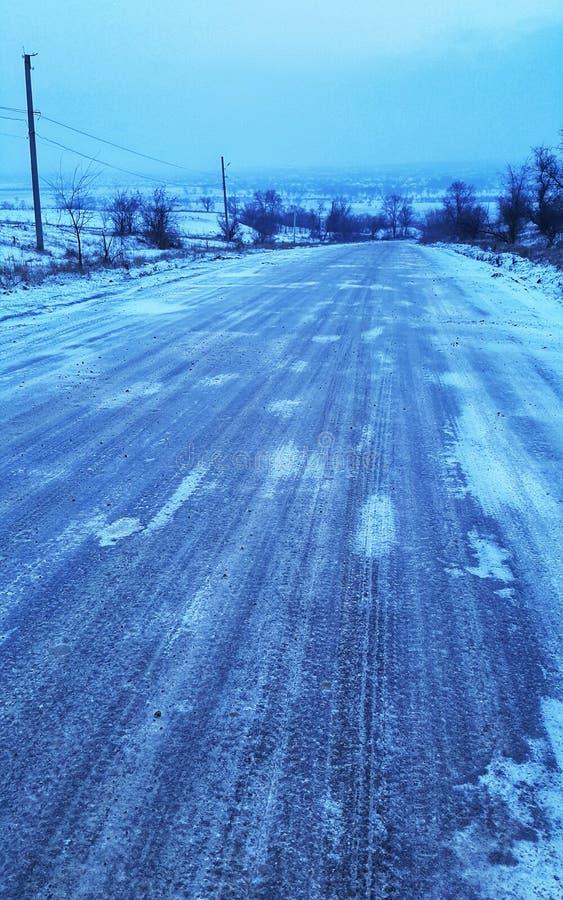 manier onderaan de bevroren weg De weg is behandeld met ijs weersomstandigheden tegengehouden verkeer royalty-vrije stock foto's