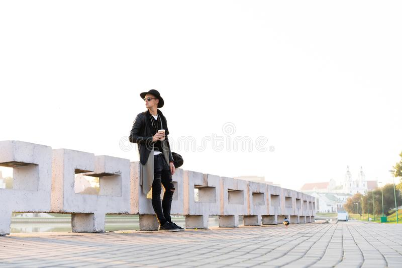 Manier openluchtfoto van de modieuze knappe mens met zonnebril royalty-vrije stock foto