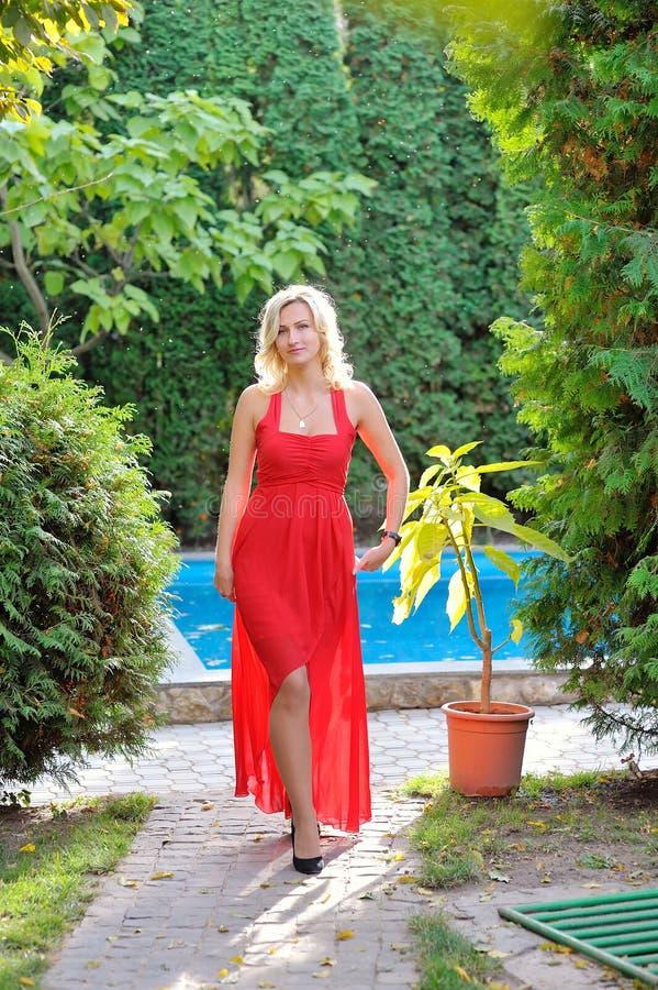 Manier openluchtfoto van mooie vrouw met donker haar in luxur royalty-vrije stock afbeelding