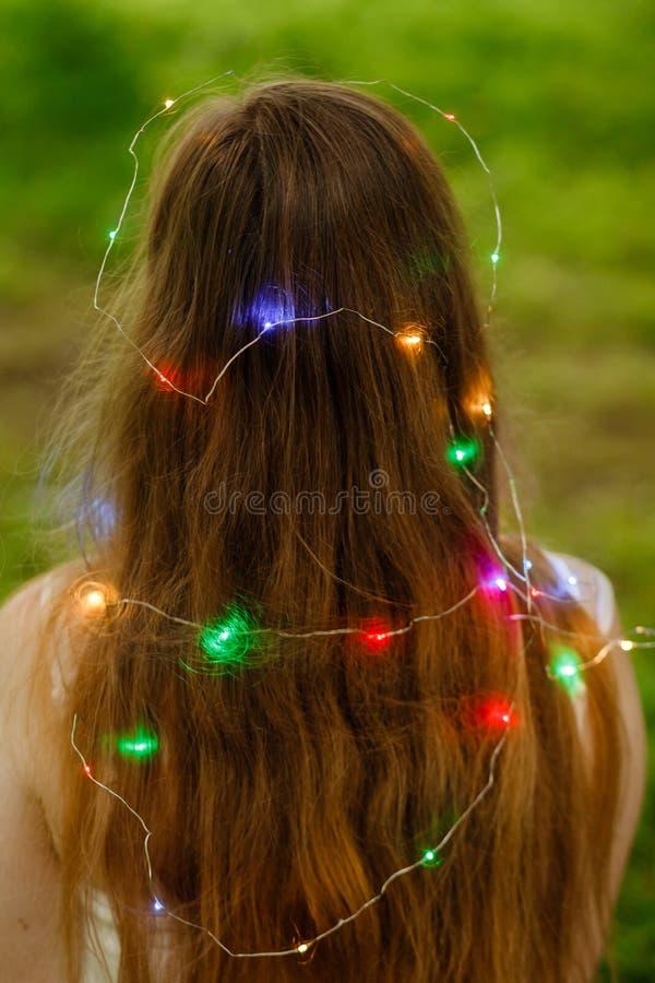 Manier, pop-art Speelse vrouw met de lichten van de slingerfee in openlucht bij nacht, uitstekende stijl Het donkere Haired Model stock foto