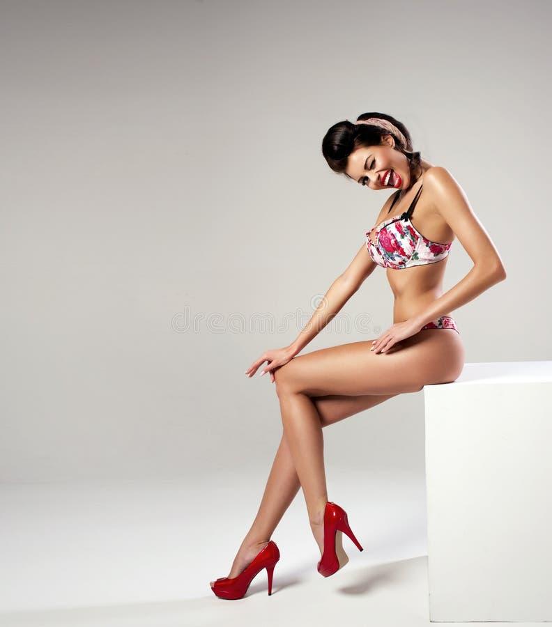 Manier sexy vrouw met lange benen royalty-vrije stock afbeelding