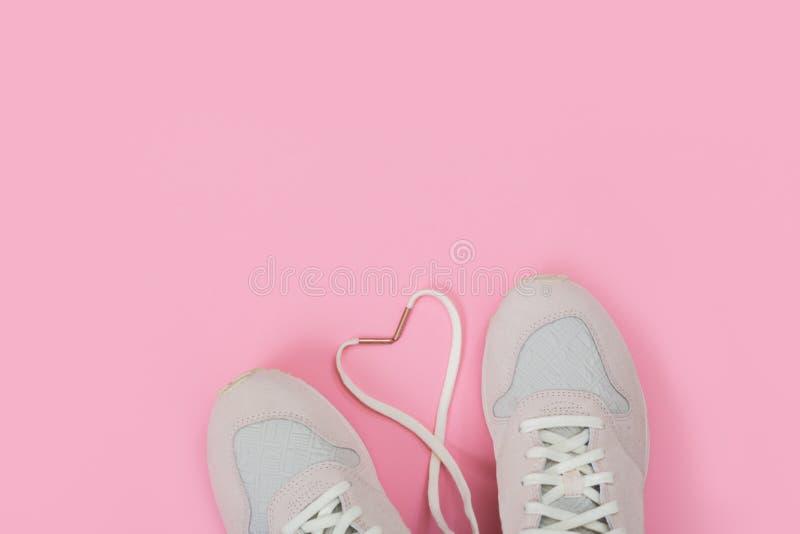 Manier In Trainers met Hart Liefde, Hipster-Reeks De vrouwelijke tennisschoenen, sportschoenen in vlakte leggen stijl, hoogste me stock afbeelding