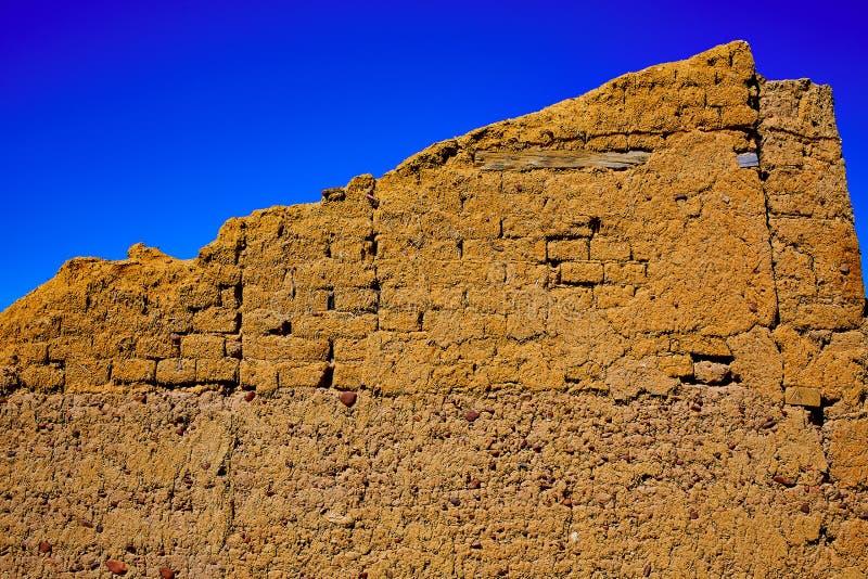 Manier van de muren van de de adobemodder van heilige James in Palencia stock foto's