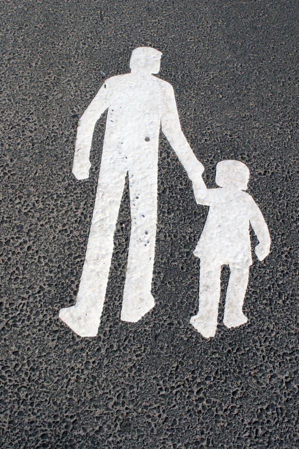 Manier voor voetgangers - vader met kind - teken op asfalt stock fotografie