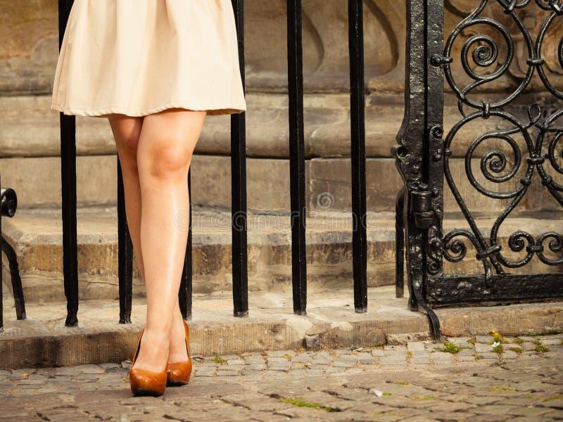 Manier Vrouwelijke benen in modieuze schoenen openlucht stock foto's