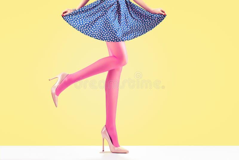 Manier Vrouwelijke rok Lange benen, hoge hielenuitrusting stock afbeelding