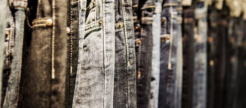 Manierdagen: het rek met klassieke Jeans sluit omhoog geschoten royalty-vrije stock foto