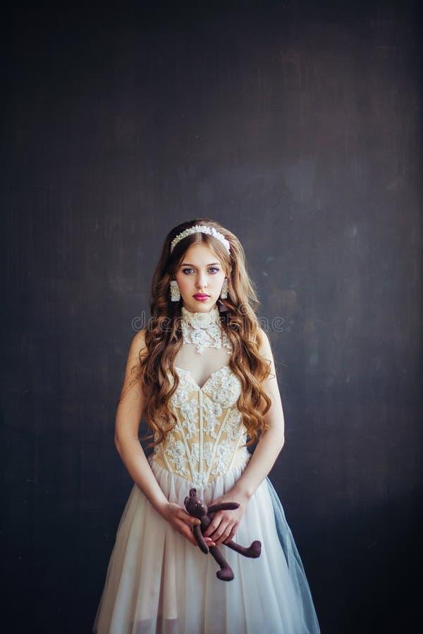 Manierfoto die van droevig meisje huwelijkskleding dragen royalty-vrije stock foto