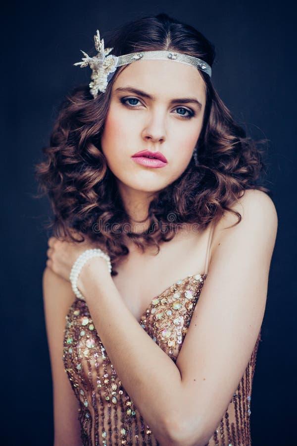 Manierfoto die van mooi meisje fonkelende avondjurk dragen royalty-vrije stock foto