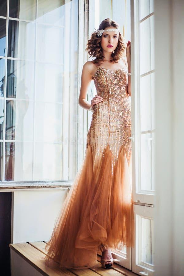 Manierfoto die van mooi meisje fonkelende avondjurk dragen stock foto's