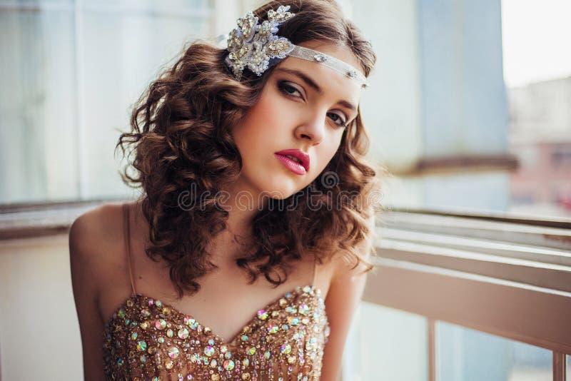 Manierfoto die van mooi meisje fonkelende avondjurk dragen royalty-vrije stock fotografie