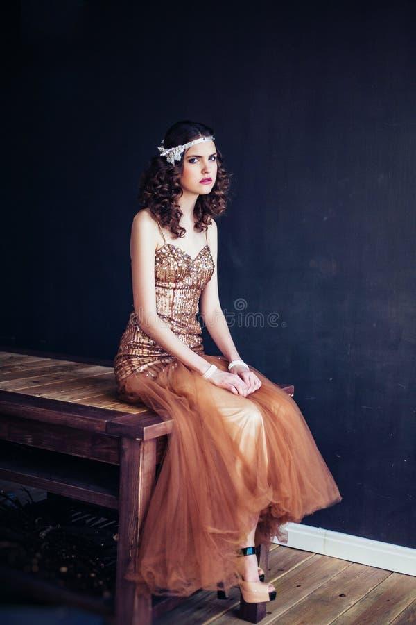 Manierfoto die van mooi meisje fonkelende avondjurk dragen royalty-vrije stock afbeeldingen