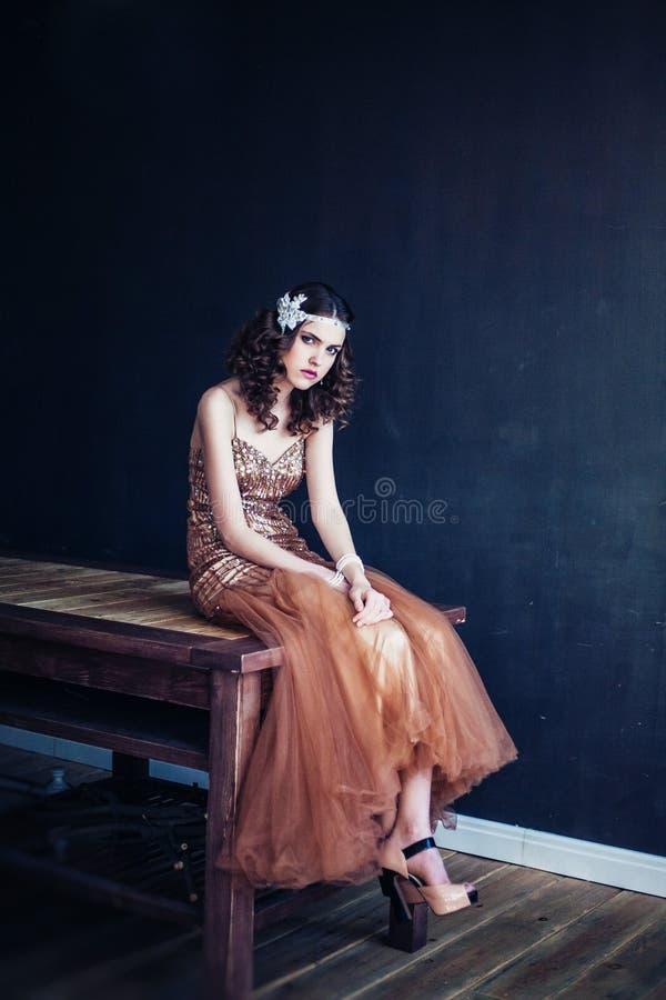 Manierfoto die van mooi meisje fonkelende avondjurk dragen royalty-vrije stock foto's