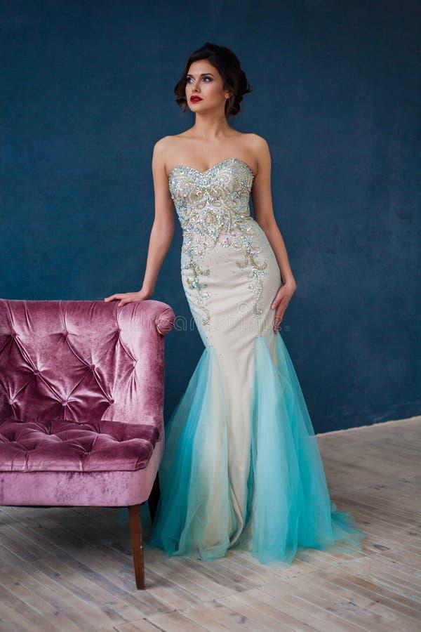 Manierfoto die van mooie dame fonkelende avondjurk dragen royalty-vrije stock foto