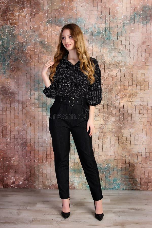 Manierfoto van jong mooi vrouwelijk model in kleding stock afbeelding