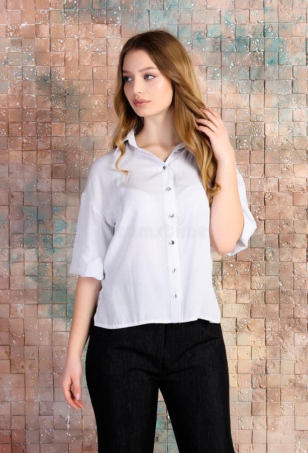 Manierfoto van jong mooi vrouwelijk model in kleding stock fotografie