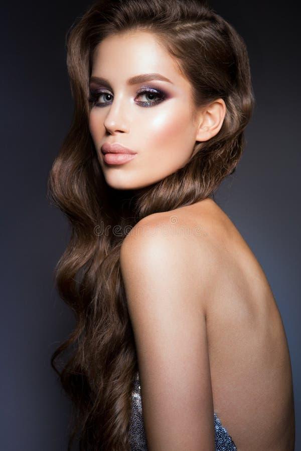 Manierfoto van jonge prachtige vrouw in luxekleding stock foto's