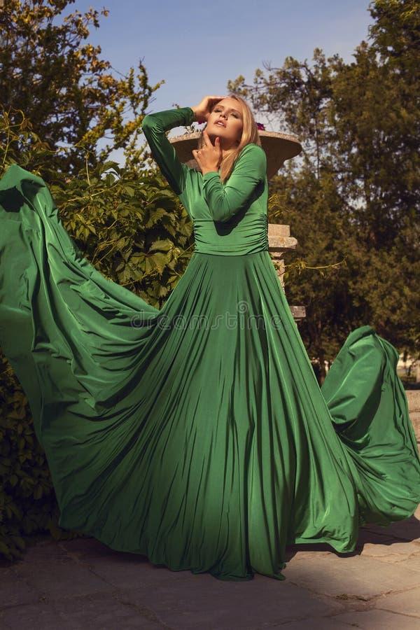 Manierfoto van mooi blond meisje in elegante kleding royalty-vrije stock afbeeldingen
