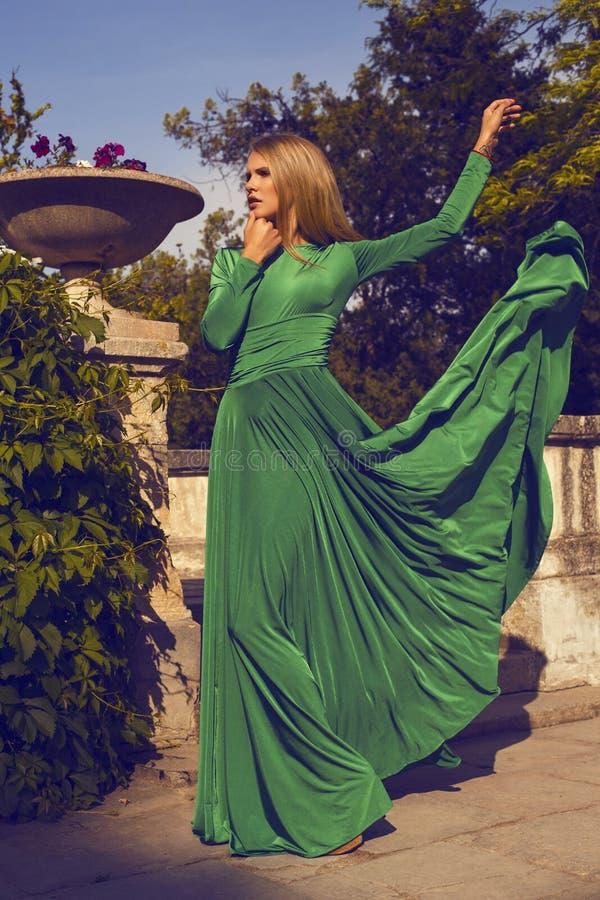 Manierfoto van mooi blond meisje in elegante kleding stock fotografie