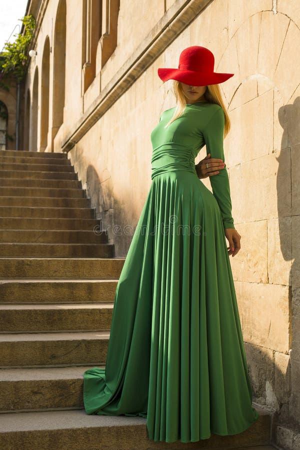 Manierfoto van mooi blond meisje in elegante kleding royalty-vrije stock fotografie