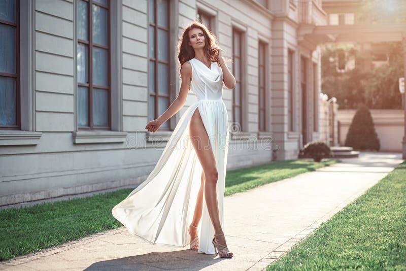 Manierfoto van mooie elegante vrouw met het donkere haar dragen royalty-vrije stock foto's