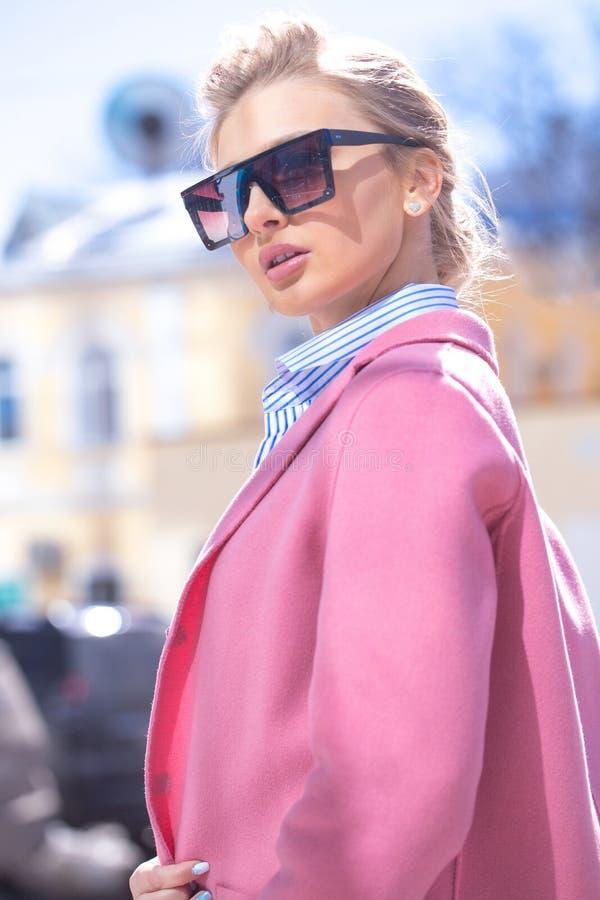 Manierfoto van mooie jonge blonde vrouw met modieuze zonnebril royalty-vrije stock afbeelding