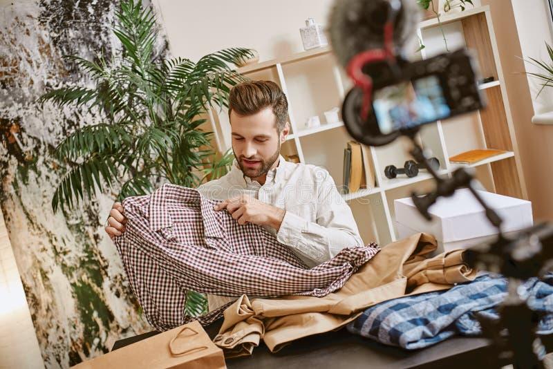 Manierkleren Portret van gebaarde mannelijke blogger die nieuwe videoinhoud over modieuze kleren voor zijn vlog registreren stock fotografie