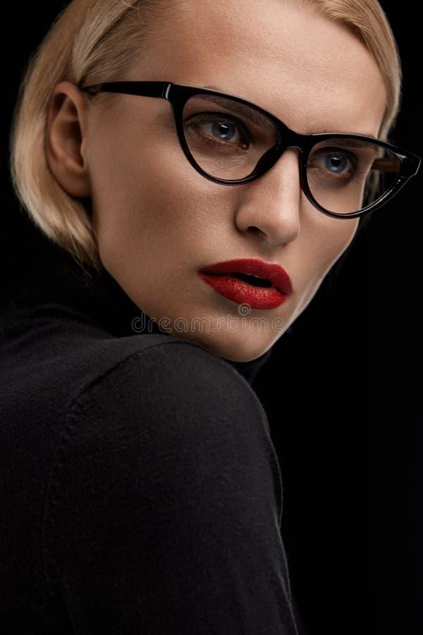 Maniermake-up Modelwith red lips en Zwart Oogglazenkader royalty-vrije stock fotografie