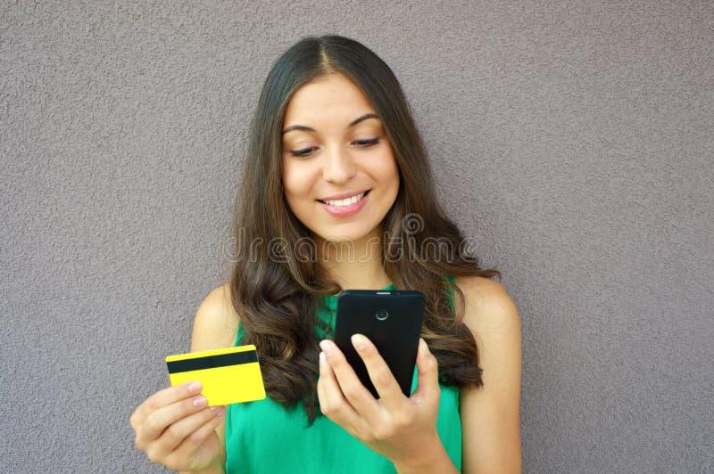Maniermeisje het kopen online met slimme die telefoon en creditcard op violette achtergrond wordt geïsoleerd royalty-vrije stock foto's