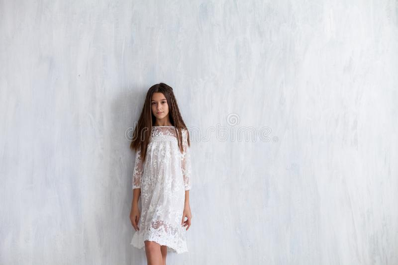Maniermeisje 12 jaar oud in een witte kleding royalty-vrije stock afbeeldingen