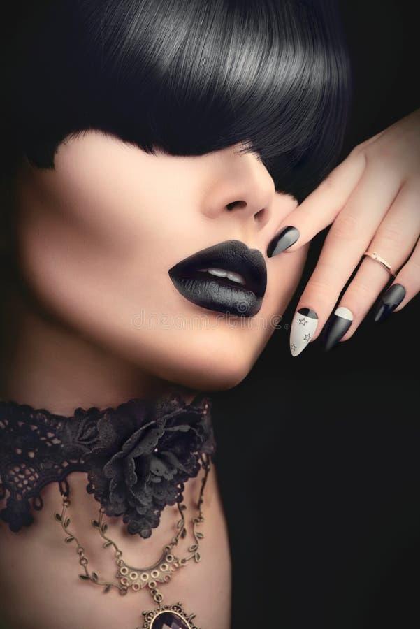 Maniermeisje met zwarte gotische kapsel, make-up, manicure en toebehoren stock fotografie