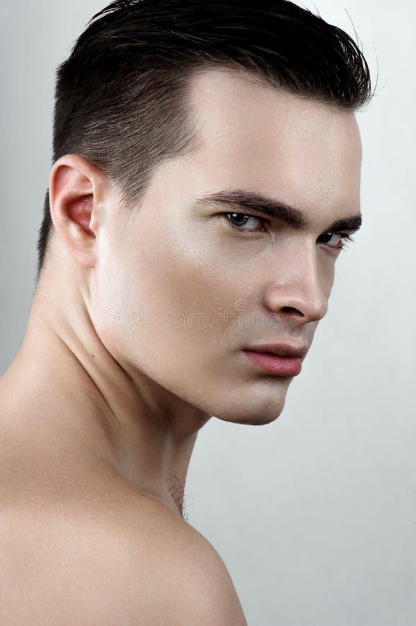 Maniermens met dalingen op gezicht stock foto's