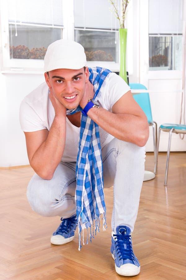 Maniermens met een sjaal en het witte GLB-stellen stock foto's