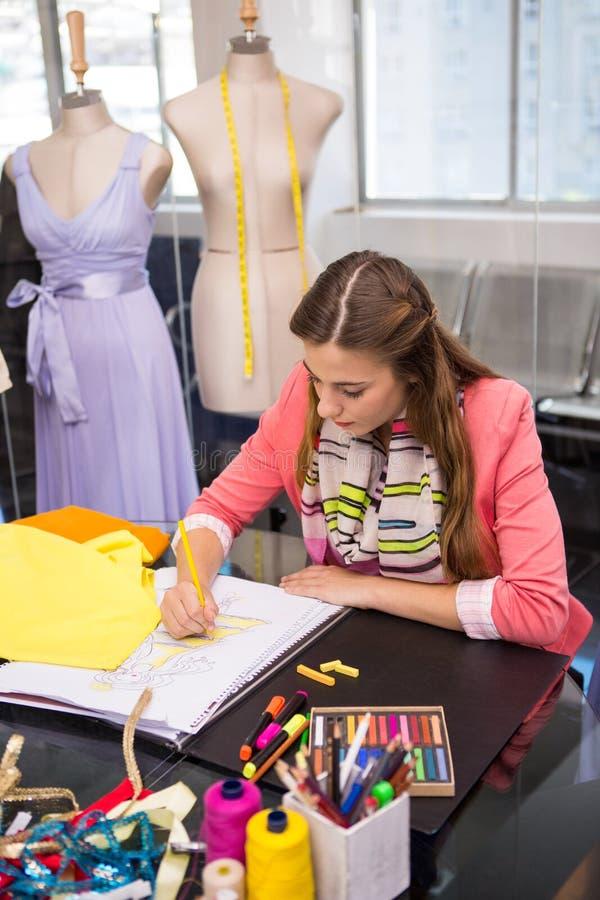 Manierontwerper die kleding schetsen stock afbeeldingen