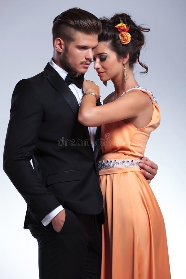 Manierpaar die romantically omhelzen royalty-vrije stock afbeelding