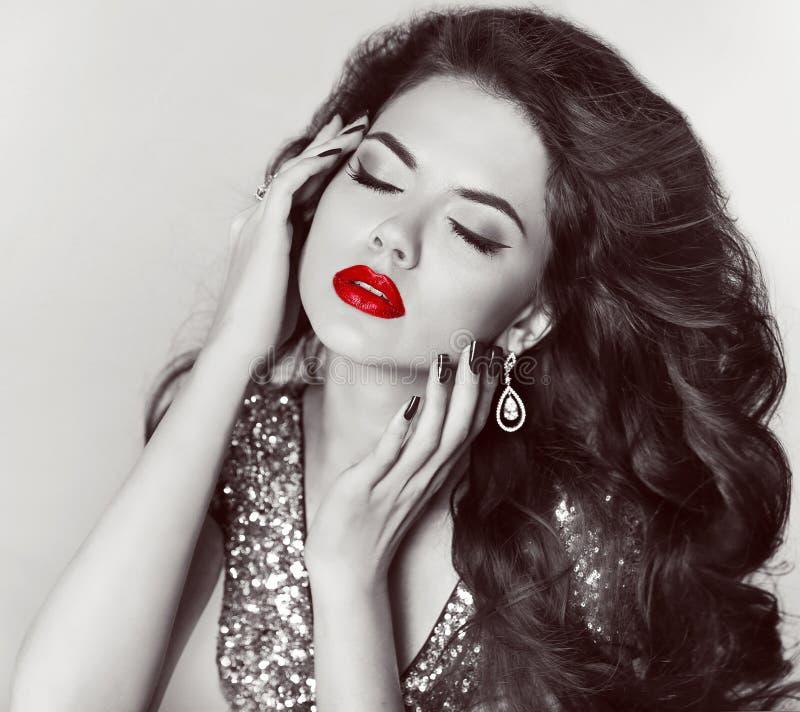 Manierportret van aantrekkelijk meisjesmodel met rode lippen en jewe stock foto's