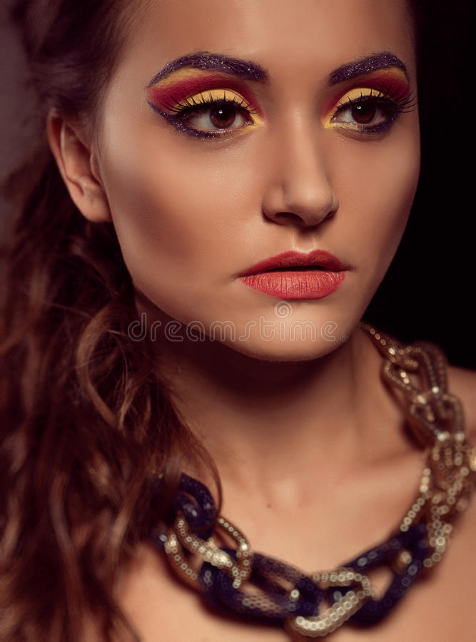 Manierportret van bruin-ogenvrouw Gouden Juwelen Oranje yello stock foto's