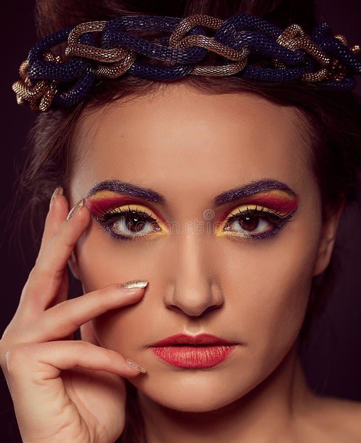 Manierportret van bruin-ogenvrouw Gouden tiara Oranjegeel royalty-vrije stock foto's