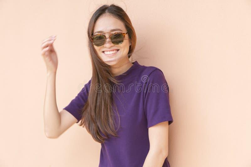 Manierportret van de Aziatische vrouw die van Hipster zonnebril dragen met stock foto