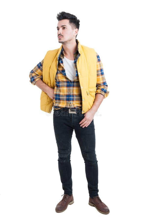Manierportret van de jonge mens in in vrijetijdskleding stock foto's