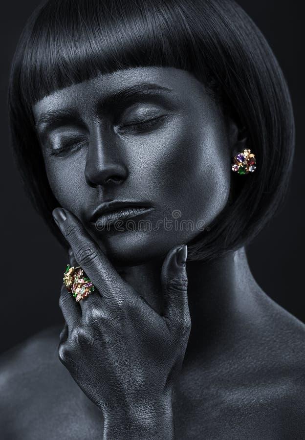 Manierportret van een donker-gevild meisje met jewerly Zwarte Galant royalty-vrije stock afbeelding