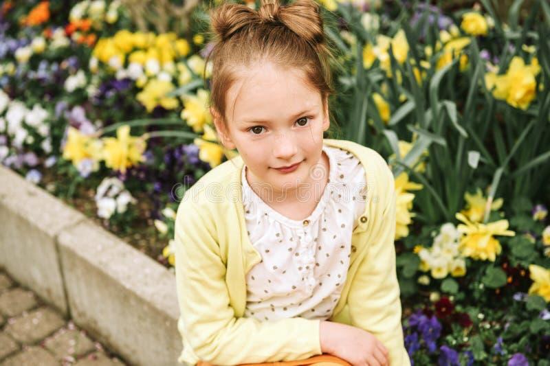 Manierportret van een leuk meisje van 7 jaar oud royalty-vrije stock foto