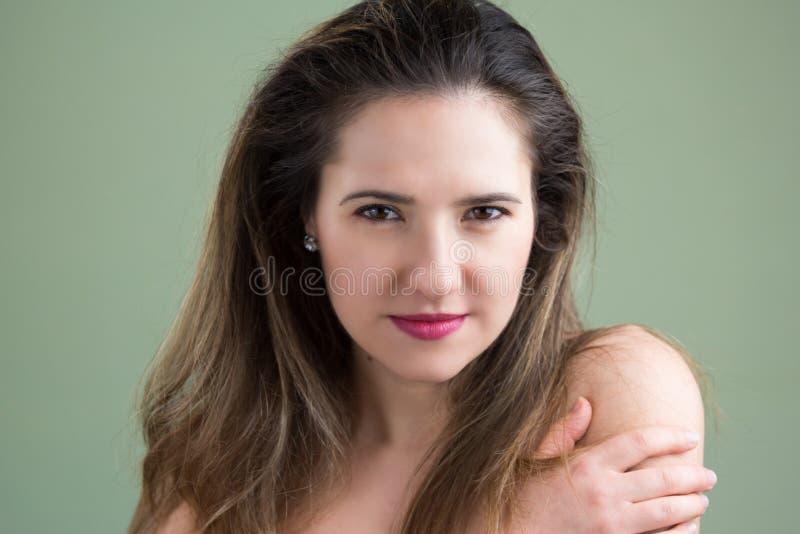 Manierportret van een leuk meisje met lang haar op groene backgrou stock afbeelding