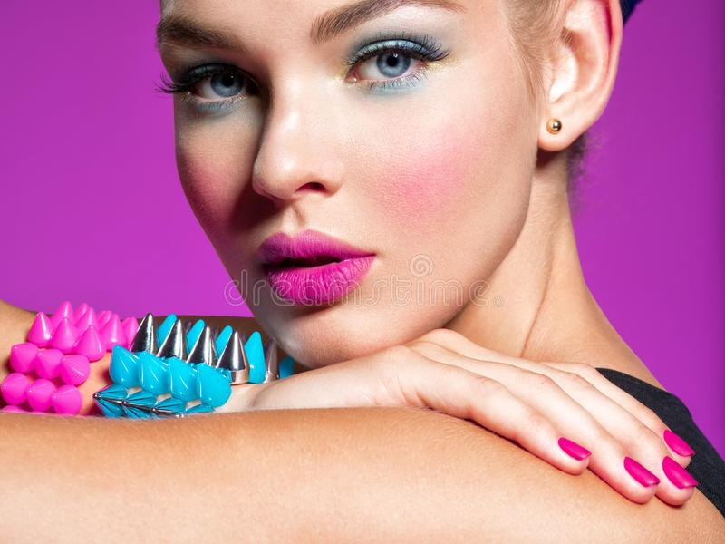 Manierportret van een mooie vrouw met heldere make-up royalty-vrije stock fotografie