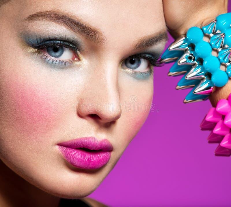Manierportret van een mooie vrouw met heldere make-up stock fotografie
