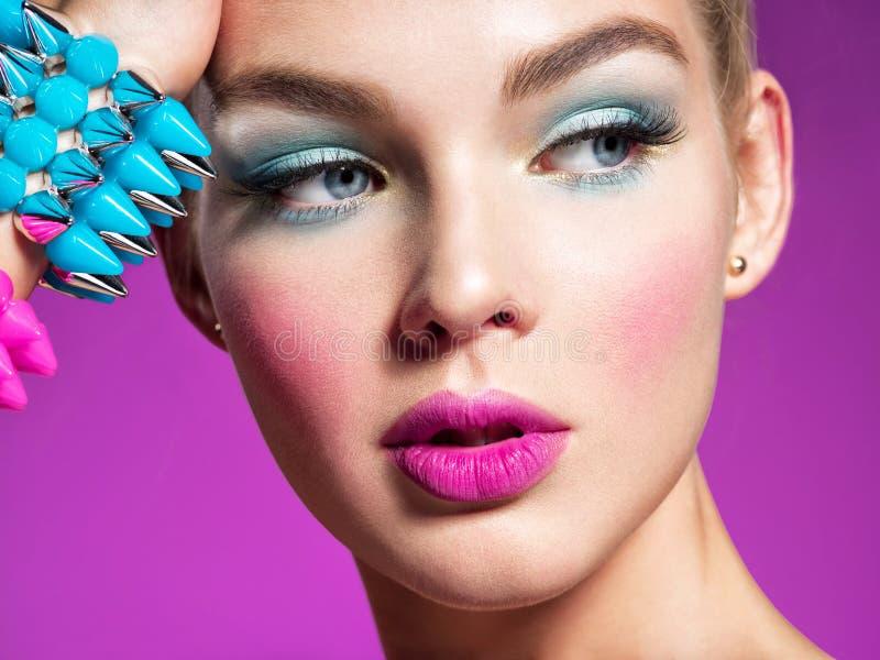 Manierportret van een mooie vrouw met heldere make-up stock afbeeldingen